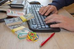 Gör pengar hemifrån dagliga Online-affären kan göra mer pengar, dollaren runt om dig Arkivbild