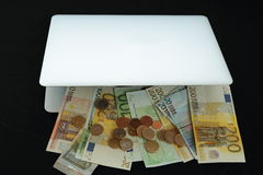 Gör pengar online- i påse Arkivfoton