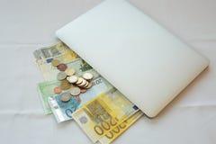 Gör pengar online- i påse Arkivbild