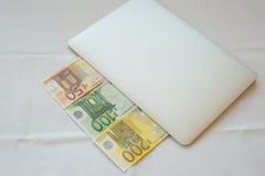 Gör pengar online- i påse Royaltyfria Foton