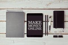 Gör pengarbegreppet med digitala minnestavla- och kontorsobjekt Arkivfoton