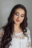 Gör perfekt lyxig makeup för härligt mode, långa ögonfrans, hudansiktsbehandlingsmink Gör den blonda modellkvinnan för skönhet, b Royaltyfri Bild
