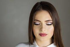 Gör perfekt lyxig makeup för härligt mode, långa ögonfrans, hudansiktsbehandlingsmink Gör den blonda modellkvinnan för skönhet, b Arkivfoto