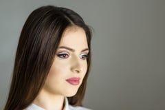 Gör perfekt lyxig makeup för härligt mode, långa ögonfrans, hudansiktsbehandlingsmink Gör den blonda modellkvinnan för skönhet, b Arkivbild
