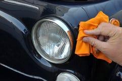 Gör ren en bil med en torkduk royaltyfri fotografi
