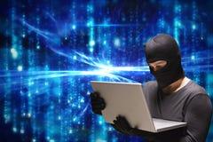 Gör sammandrag den brottsliga bärande huven för cyberen som använder en bärbar dator mot blått, bakgrund Royaltyfri Bild