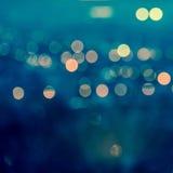 Gör sammandrag görande suddig ljus för stad rund bokeh på tonad blå backg royaltyfri foto