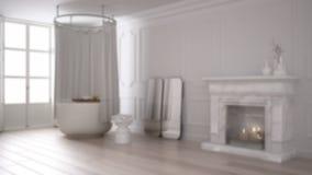Gör suddig bakgrundsinredesignen, tappningbadrummet i klassiskt utrymme med den gamla spisen och parketten royaltyfria bilder