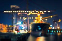 Gör suddig bokeh av hamnen med det stora skeppet och kranen royaltyfri bild