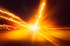 Gör suddig den hög hastigheten på drev för rörelse för flyttning för nattsuperhighwayväg snabbt med nattljusslingan arkivfoto