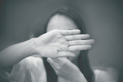 Gör suddig den skriande kvinnan, den skriande kvinnan, ledsen tonårs- flicka, Arkivbilder