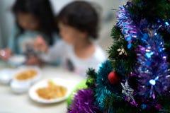 Gör suddig fotoet av ungar som äter och, tyck om julpartiet och det nya året arkivbild