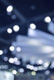 Gör suddig ljus och skugga av den ljusa kulan i shoppinggalleria Arkivfoto