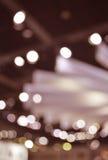Gör suddig ljus och skugga av den ljusa kulan i shoppinggalleria, abstrakt b Arkivbild