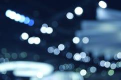 Gör suddig ljus och skugga av den ljusa kulan i shoppinggalleria, abstrakt b Arkivfoton
