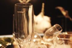 Gör suddig många tomma exponeringsglas på tabellen med stillebenmodellen på en tabell mot restaurangbakgrund arkivfoto