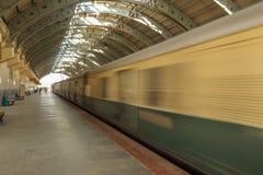 Gör suddig sikten av en rörande rörlig bortgång för elektriskt drev till och med en station, Chennai, Tamil Nadu, Indien, fördärv arkivbild