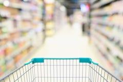 Gör suddig supermarketgången med tom grön bakgrund för shoppingvagnen Royaltyfria Foton