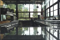 Gör suddig typisk kök av en restaurang, inga personer, kökbaksidajordning royaltyfria foton