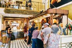 Gör syrlig bakelse för det portugisiska ägget som är till salu i casaen Portuguesa, pastell Royaltyfri Bild