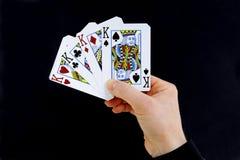 Gör till kung det hållande kortet för croupierspelaren fyra av en sort Arkivbilder