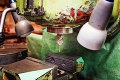 Gör tunnare borrar in den gamla malningmaskinen Arkivfoton