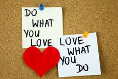 gör vad dig älskar, förälskelse vad du gör - motivational ordrådgivning eller påminnelsen på klibbiga anmärkningar på korkbrädeba Arkivfoton