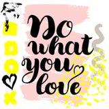 Gör vad du älskar Dragen borstebokstäver för vektor hand på färgrik bakgrund vektor illustrationer