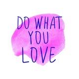 GÖR VAD DU ÄLSKAR handskrivna blåa ord på rosa fläck för vattenfärg vektor illustrationer
