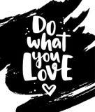 Gör vad du älskar Modern vektorbokstäver med hjärta- och färgpulverspl royaltyfri illustrationer