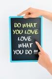 Gör vad du älskar och älska vad du smsar på svart tavla royaltyfri foto