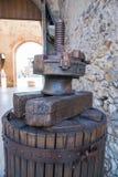 Gör van vid press för gammal trämanuell press druvorna och vin Royaltyfri Fotografi