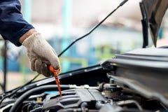 Gör vanlig bilomsorg för folk bilbruk liksom olje- kontroll fotografering för bildbyråer