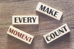 Gör varje ögonblicksräkning det motivational meddelandet arkivbilder