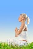 göra öva meditationkvinnayoga fotografering för bildbyråer