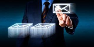 Göra övertid som staplar många Emails i cyberspace Arkivfoto