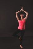 göra övningar som sträcker kvinnan Arkivfoto