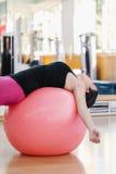 göra övningspilateskvinnan Royaltyfria Bilder