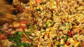 Göra deg för att laga mat spagetti Bolognese i köket lager videofilmer