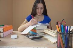 göra den home läxan för flicka göra flickan henne läxa Royaltyfri Fotografi