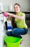 göra den home tvätterikvinnan Royaltyfri Fotografi