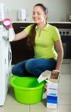 göra den home tvätterikvinnan Royaltyfri Foto