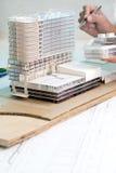 Göra den lilla modellen för arkitektur Royaltyfri Fotografi