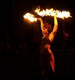 göra den sexiga kvinnan för fireshow Royaltyfria Bilder