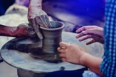 Göra det tillsammans Närbild till händer av det keramikerläraren och barnet arkivfoton