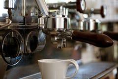 Göra din drink exakt hur du gillar Brygga kaffe i kommersiellt kafé eller kafé white för kaffekopp Liten kopp som tjänar som arkivfoton