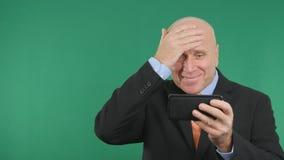 Göra en gest för finansiell nyheterna för säker affärsmanImage Read Cell telefon som bra är lyckligt arkivbilder