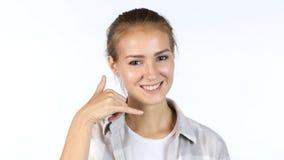 Göra en gest kallar mig av unga flickan, vit bakgrund Royaltyfri Fotografi