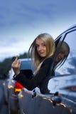 göra en gest kvinna för ilsken chaufför Royaltyfria Bilder