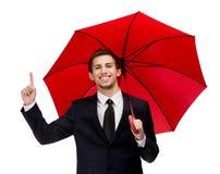 Göra en gest man för pekfinger med det öppnade röda paraplyet Arkivbilder